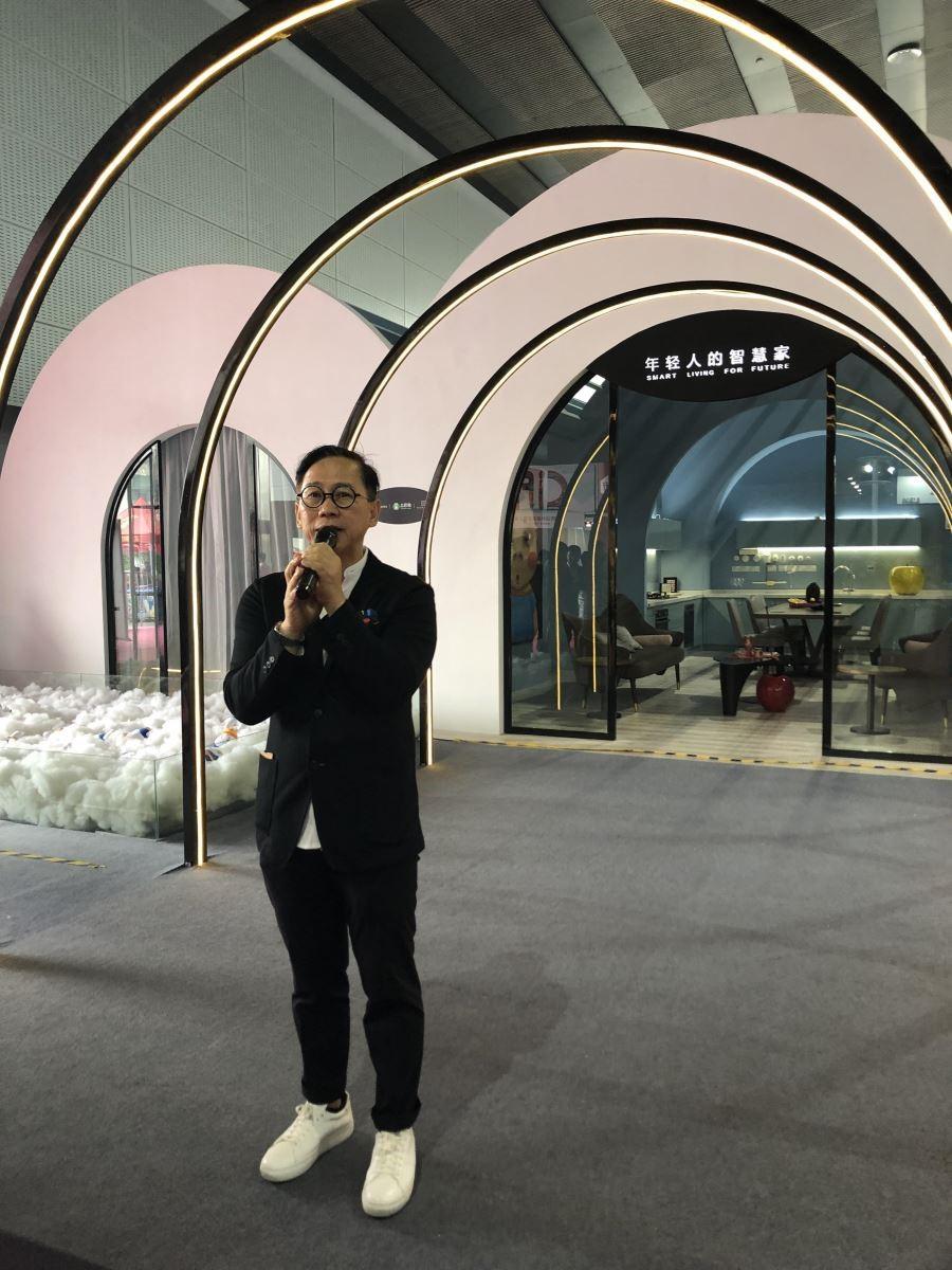 香港设计大师梁景华。