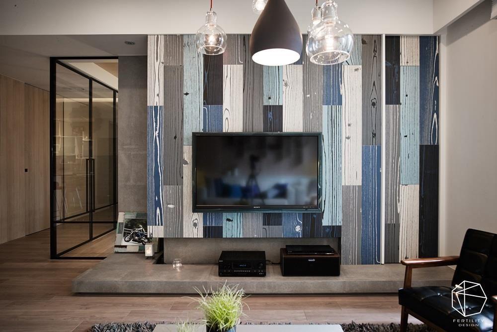 客厅电视墙铺陈木质感的彩色木纹砖,带出休闲氛围,一旁摆设了屋主骑重机游阳明山的照片,充满生活趣味。