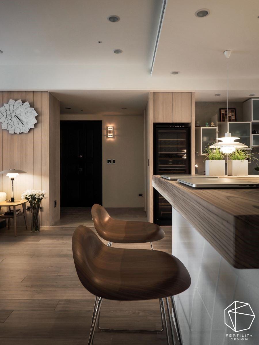 吧台台面更采用深色原木材质,让空间增色不少。