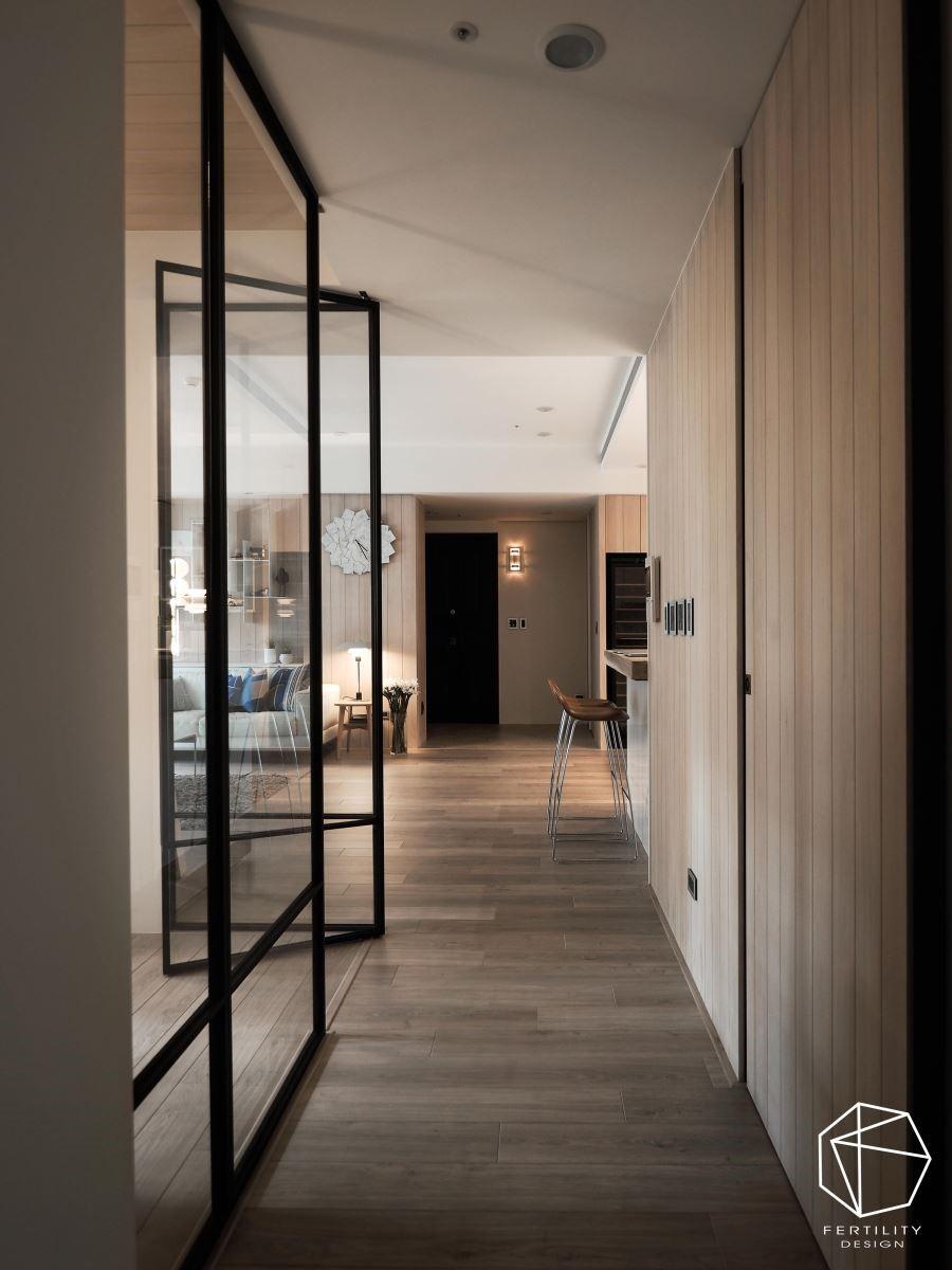 房屋原为双面采光,房间则位在走道两侧,为了不让居中的走道变暗,打造半开放式书房,不但视觉通透、空间感变大,也过渡光线照亮走道。