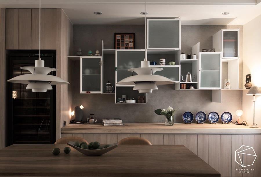 厨房墙面装设白色悬吊柜,以铁件、玻璃作出柜面层次,展示全家人的旅游纪念品。