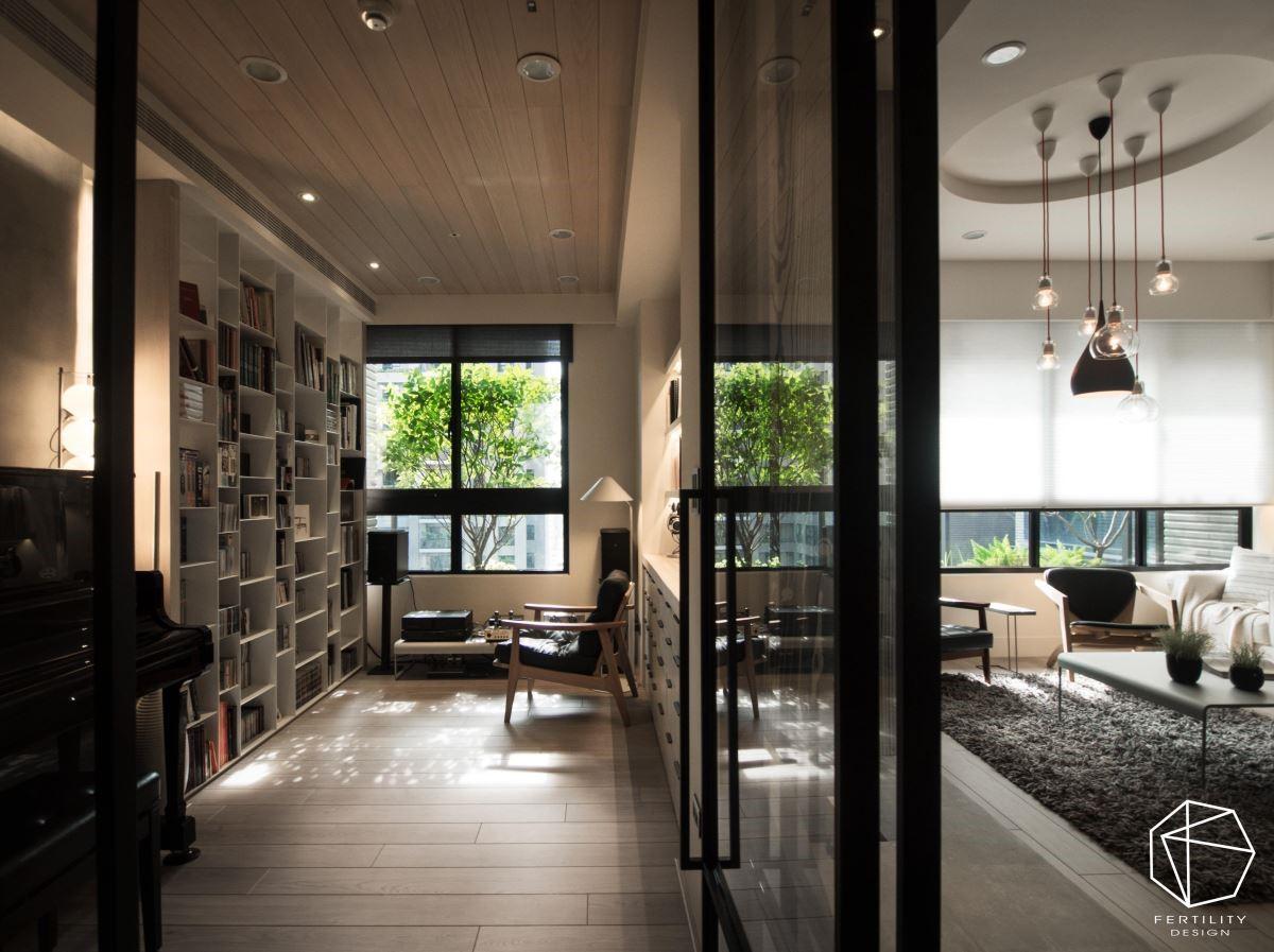 书房窗外正对一棵绿树,自然遮蔽了户外阳光,并营造出树影婆娑的画面,成为书房内的绝佳美景。