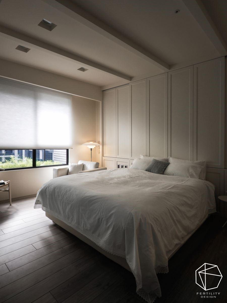 主卧呈现简约北欧风情,透过大面积的白色调,给人宁静舒适的感受。