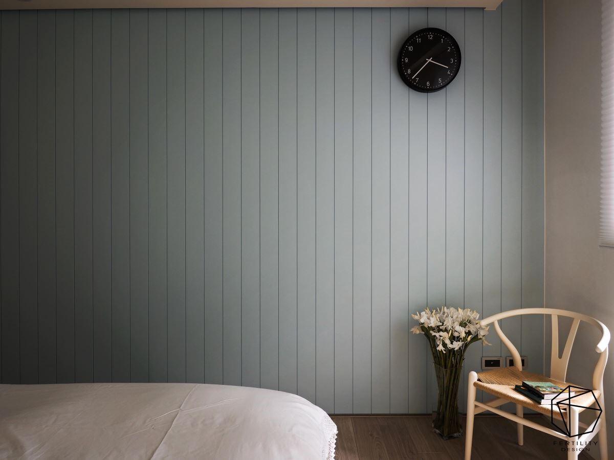 床尾铺陈轻浅的淡色调,营造舒服放松的睡眠氛围。