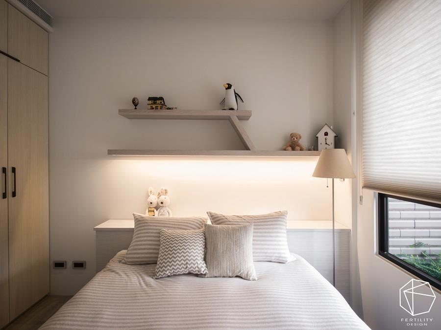 次卧房则在床头加入层板与摆饰,营造生活趣味。