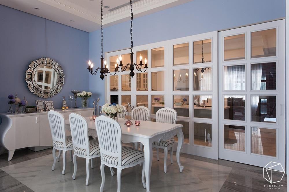 餐厨区、厨房之间,配置白色玻璃格状门片,形成视觉与采光的汇流。