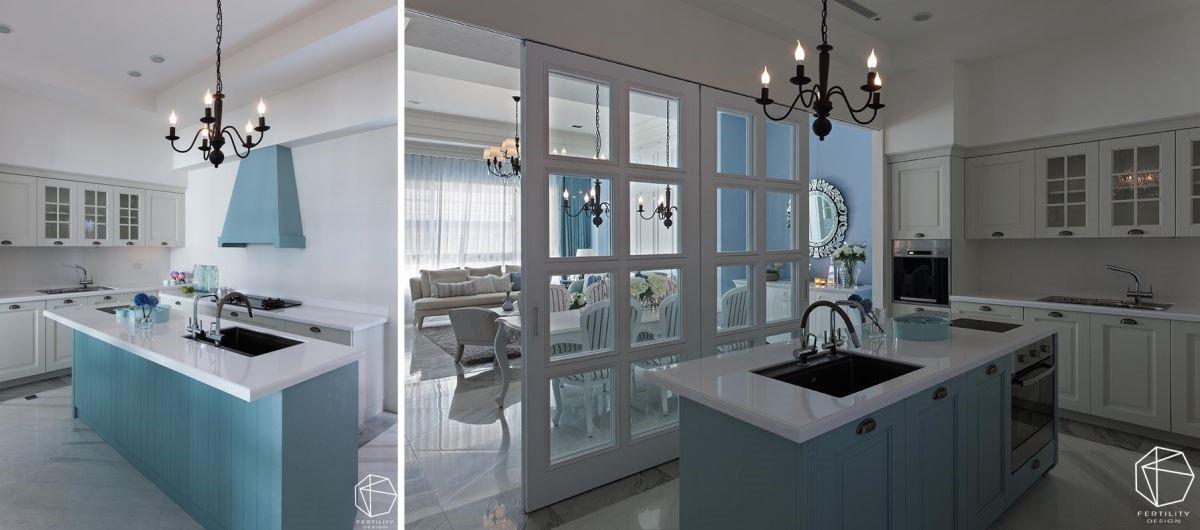 厨房以白色作为空间底色,中岛柜身、排油烟机则刻意做出跳色处理,以天空蓝营造跃动感,让厨房显得清爽不油腻。