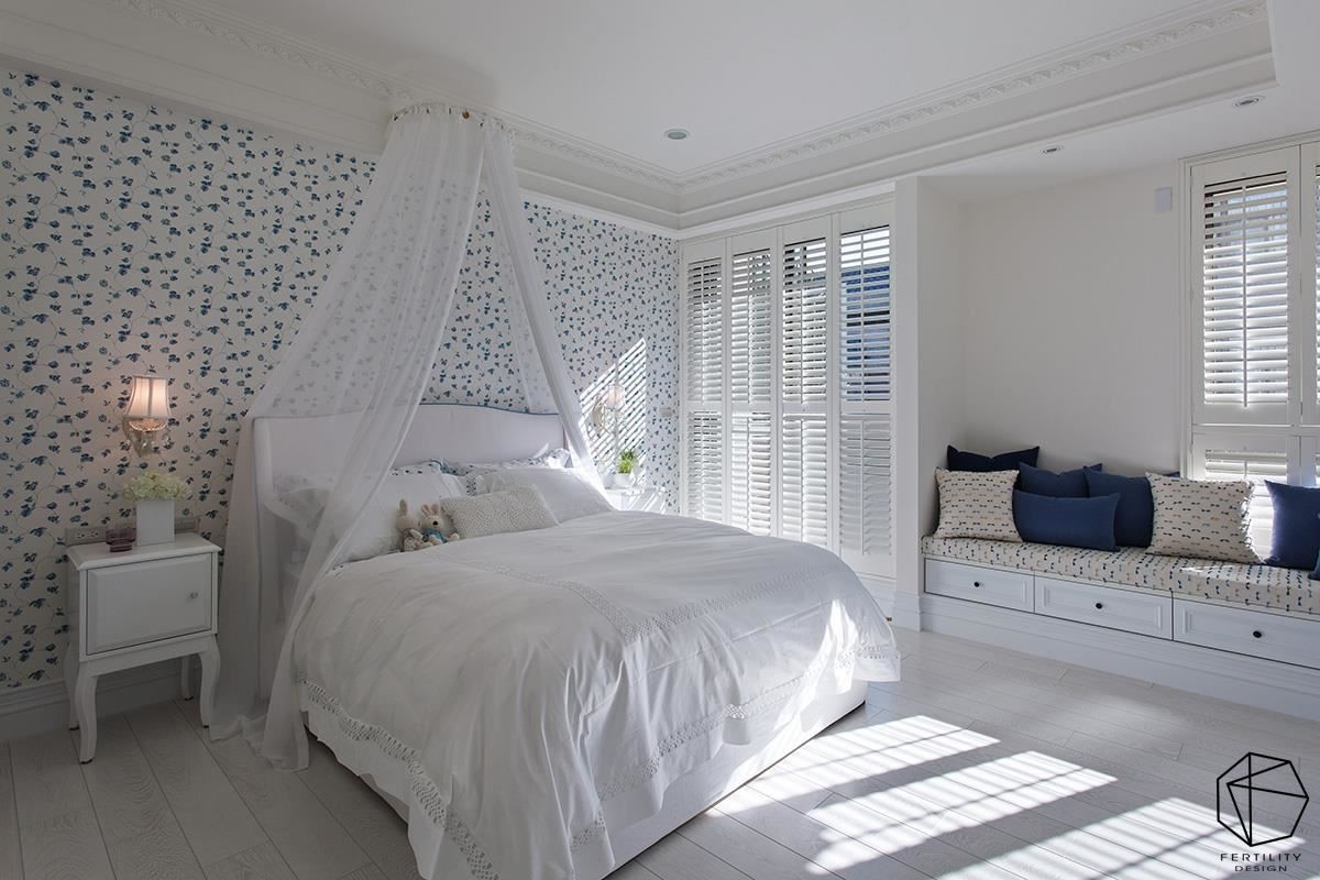 女儿房内,使用蓝与白作搭配,小花图案的墙纸搭配浪漫的床幔,表现出小女生最爱的梦幻氛围。
