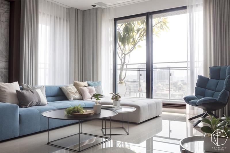 整体一室的灰、白、木质色调,简单且充满质感,勾勒温暖安定的宁静视野,而地坪采用大尺寸的洁白石英砖铺叙,映照着柔和光煦,洒落一地晶亮。