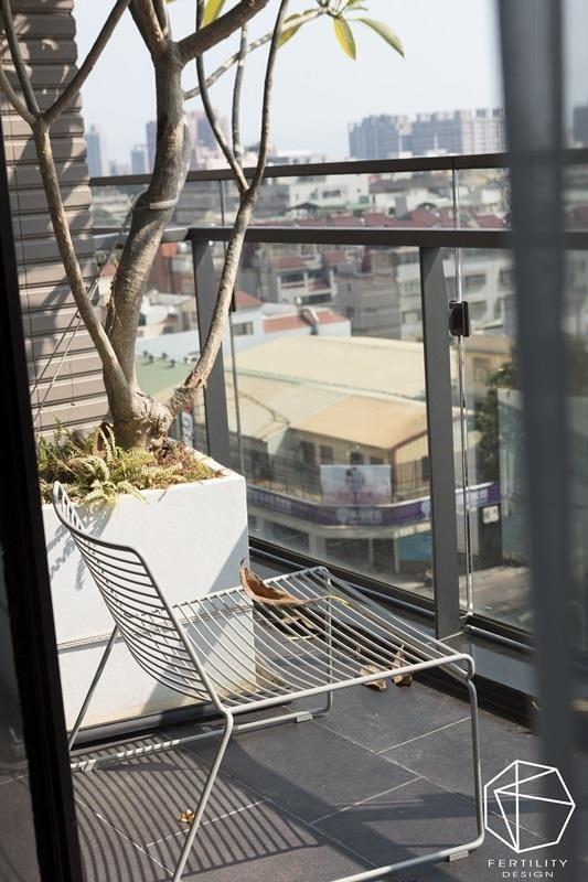 面对户外的阳台,伴随着城市风光与绿意植栽,替家居生活挹注清新、自然的生命力,让人可在此眺望风景,怡然自得。