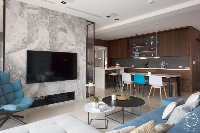 餐食区与客厅仅一步之遥,开放性格局为住家带来互动想象,并扩容空间。