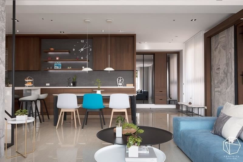 舍去制式的对称餐椅,安排六人座的餐桌与小型吧吧台,减去厚重的餐桌制式感,赋予更弹性的使用情境,并让大面积的收纳柜沿着墙面展延,开拓整齐明朗的餐厨印象。