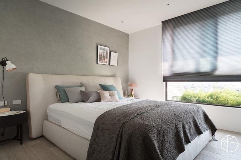 睡眠休憩为主的主卧房,舍弃过多的修饰包装,打造低彩�