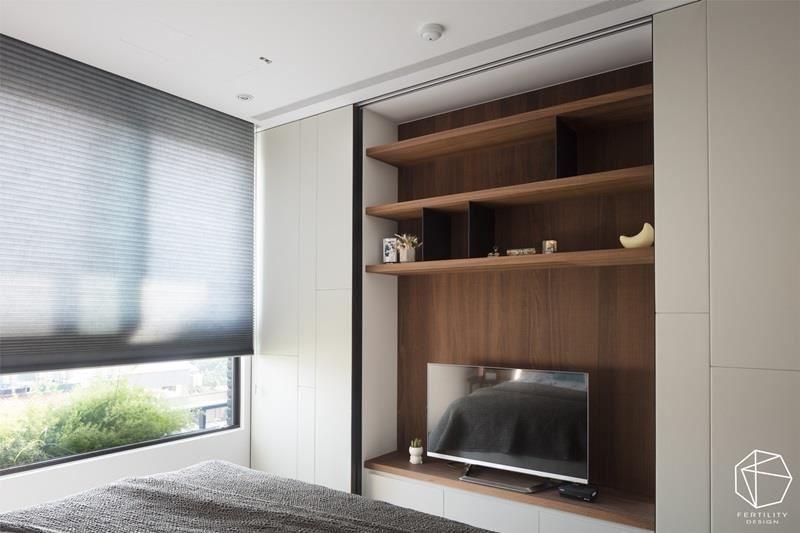 房间内规划兼具展示及收纳的柜体,以简单的配色技巧、复合式的机能运用、弹性的门板设计,驾驭视觉平衡之美。