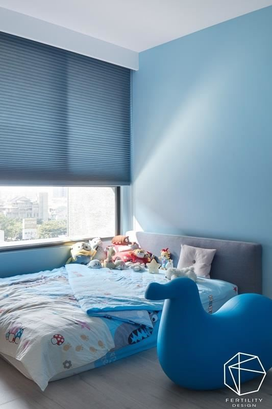 儿童房则以海蓝色调挹注活泼感,辅以大量自然光,构筑给孩子的无压时光。