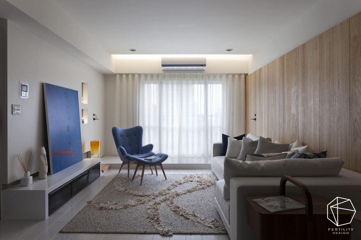 以屋主偏好的浅色梧桐木皮搭配白色墙面,搭配蓝色的单椅与抱枕、跳出亮点,打造明亮简洁的空间视野。
