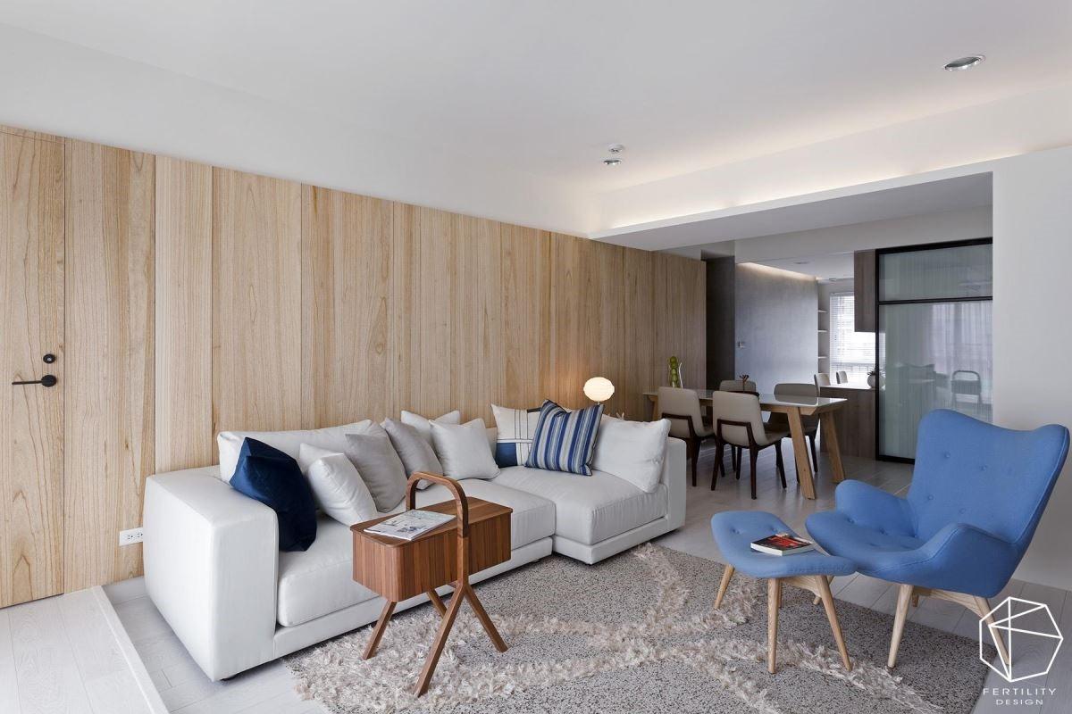 两间小孩房与孝亲房,分别在电视墙与沙发背墙后,设计师运用材质的大面积延续,成功隐藏了卧室门片,维持客厅墙面的整体感。