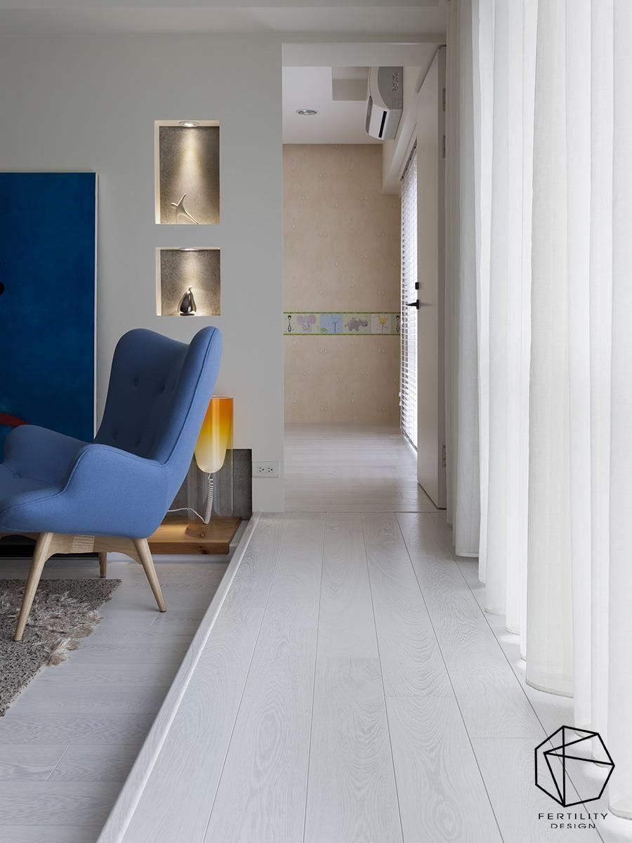 在客厅窗边架高地坪,形成动线指引,拉出通畅的走道空间。