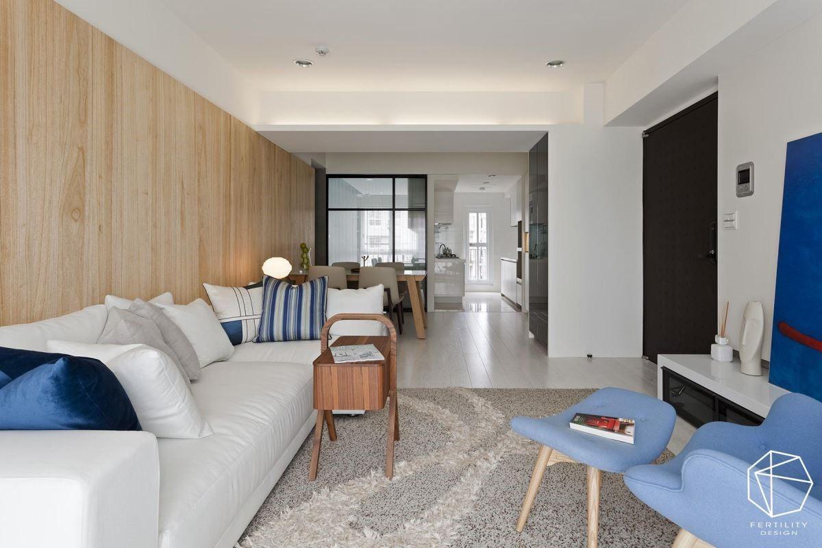采用客餐厅合一的开放格局,提高视觉宽敞度,并藉由木皮沙发背墙的一路延伸,再次强化空间纵深。