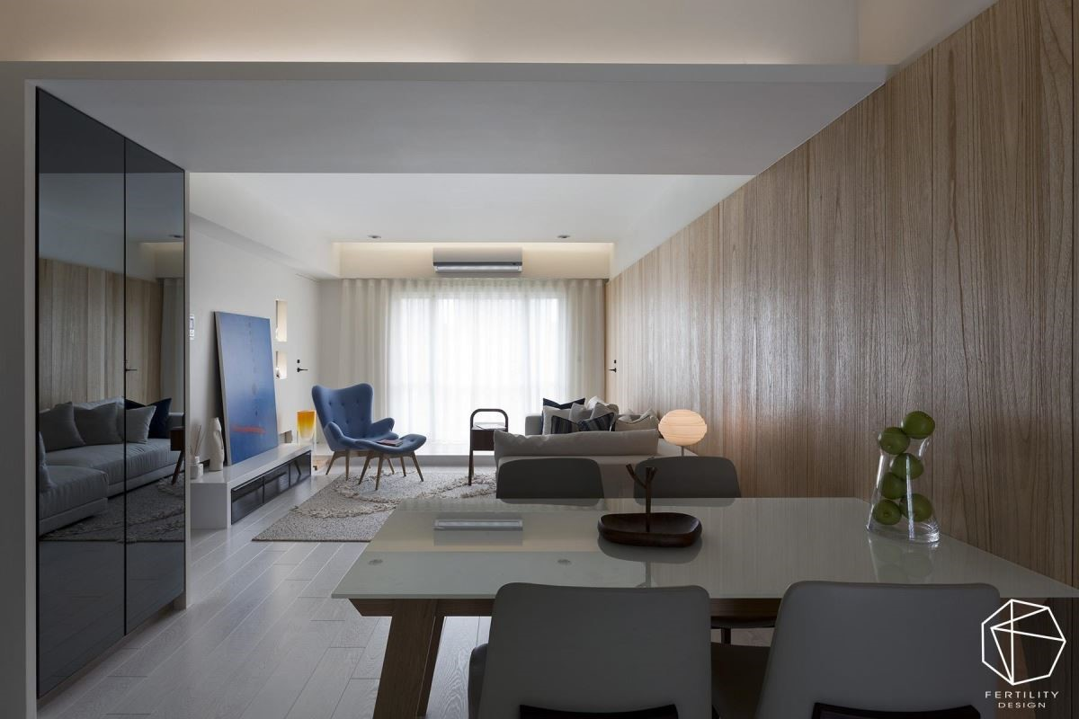 入口右侧则配置鞋柜,采用深色的亮面柜门,简单定义玄关与厅区领域,原本面对餐厅的厕所入口则加以转向,重塑开阔舒适的餐区。