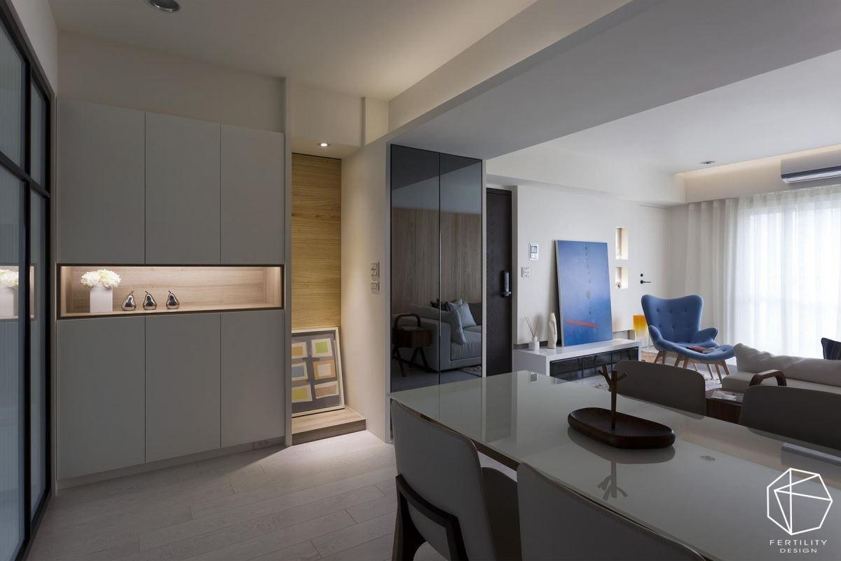 餐厨柜、电器柜连成平整的收纳柜面,中段则刻意留出小小区块,成为摆放对象的展示区。