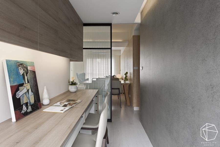 移除原本紧邻在厨房旁的卧室,变为开放式书房,并透过半穿透的拉门,促成前后光线串连,使屋内采光更为明亮。