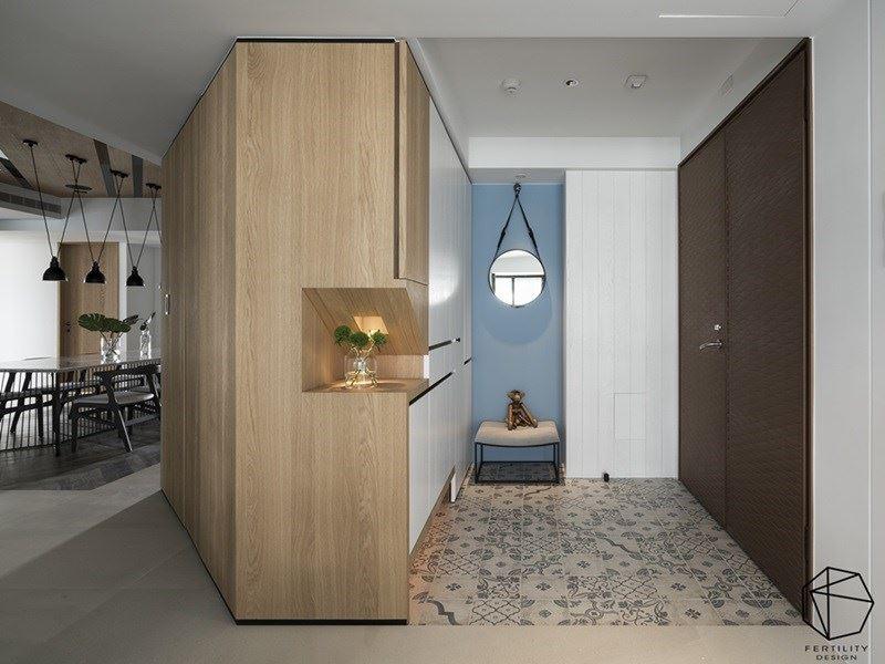 玄关除了配置鞋柜,也延伸出隐藏式储藏间,坐拥更多的收纳机能,搭配换鞋凳设计,让外套、鞋子的穿脱变得更加轻松。