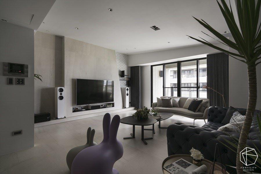 选用灰白色砖面铺陈电视墙,带出轻盈不厚重的立面风貌,边角更刻意做出斜角造型,并局部妆点文化石,让墙面简约中带有趣味层次。