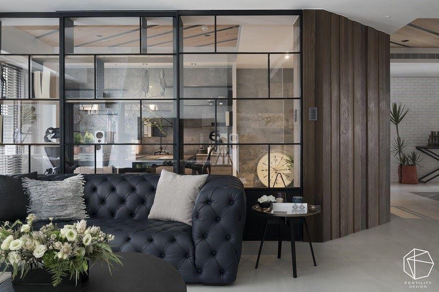 书房采用铁件、玻璃建构隔断,关起时有如一道完整墙面,可适时区划前后范围,而玻璃建材的通透性,则让空间感更为宽敞。
