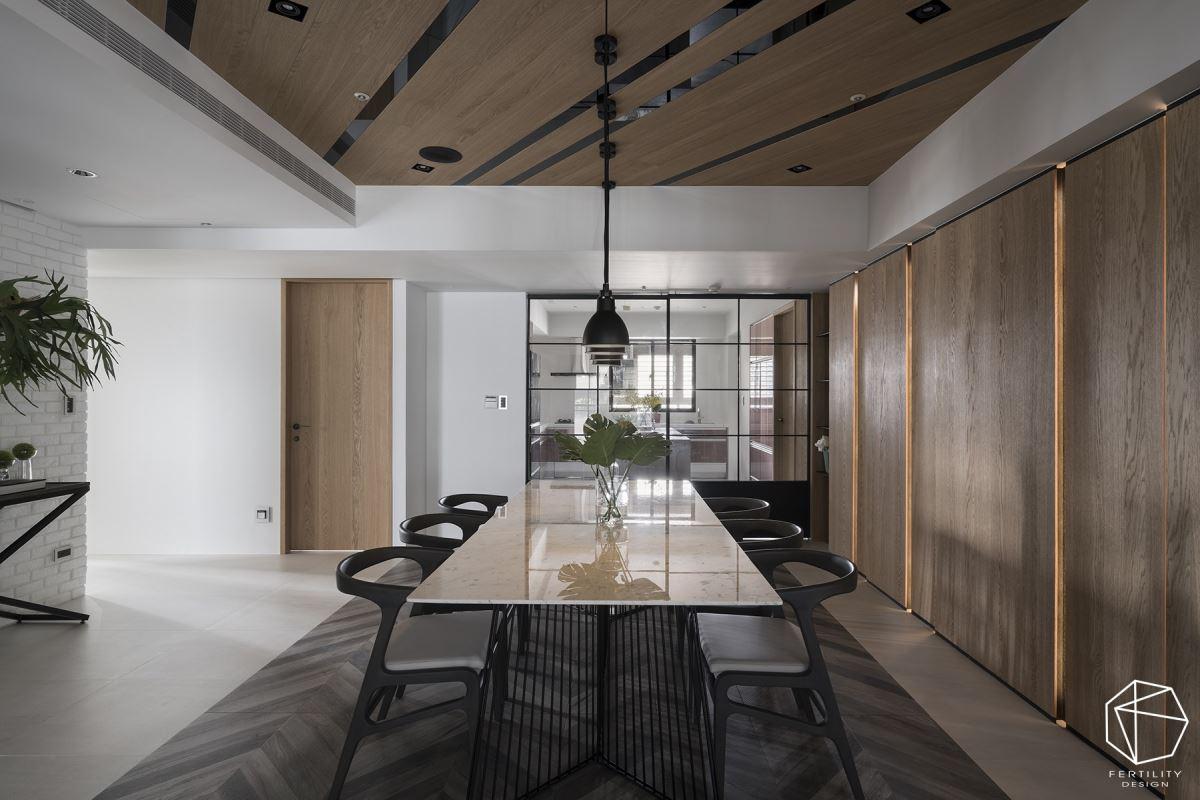 餐厅旁侧整面墙选用钢刷木皮铺叙,再结合线性灯光表现,勾勒出自然的休闲氛围。