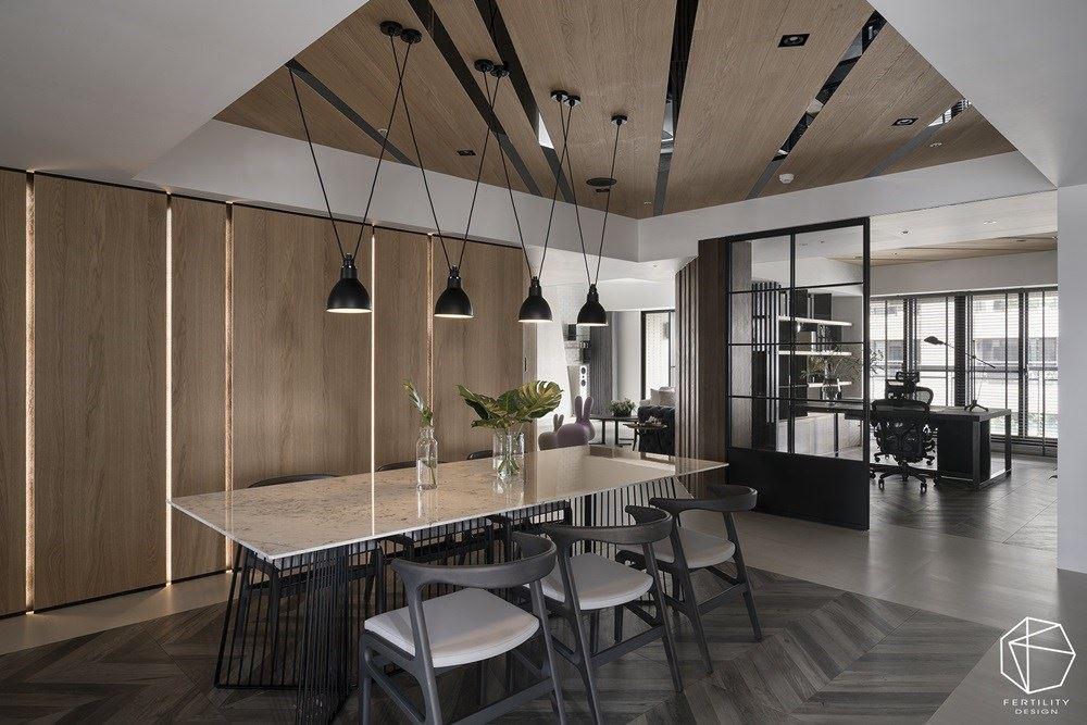 斜线造型天花板从书房延伸到餐厅,让空间可相互呼应。