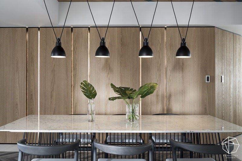 木墙为背景,搭配着绿意植物的摆放,营造恬静平和的桌上风景。