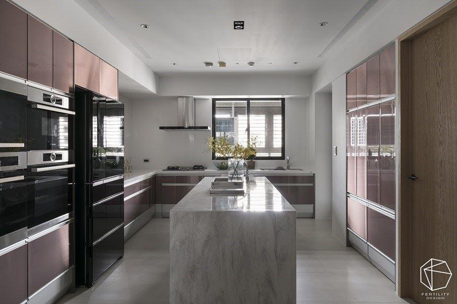 合理使用厨房的每一个角落,以时髦金属色彩和简洁线条,提亮整体彩度,并利用各种抽屉与设备的收纳,创造更宽敞、不杂乱的厨房空间。