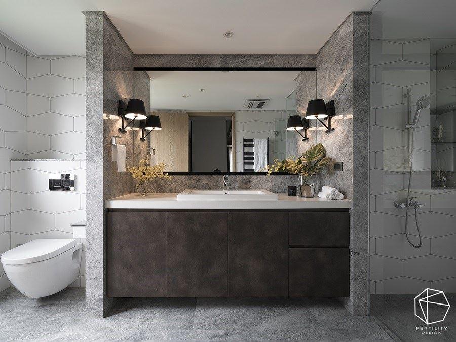 卫生间选用六角砖拼贴壁面,搭配灰色石材衬托,并选用美丽的小型植栽妆点,瞬间增添视觉亮点,展现高质量的空间之美。