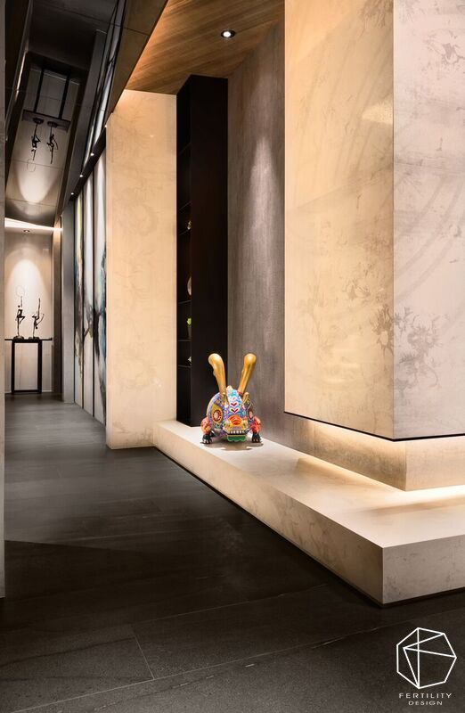 为了满足屋主收藏喜好设置展示内嵌壁柜,搭配暖黄光源的烘托,做出量体与材质的整合,打造进门后的美好风景。