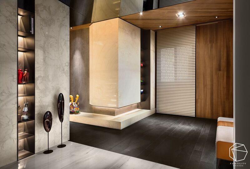 巧妙移动客厅与长亲房位置,以异材质地坪界定不同场域段落,并藉由长廊串联,循序渐进地引导动线。