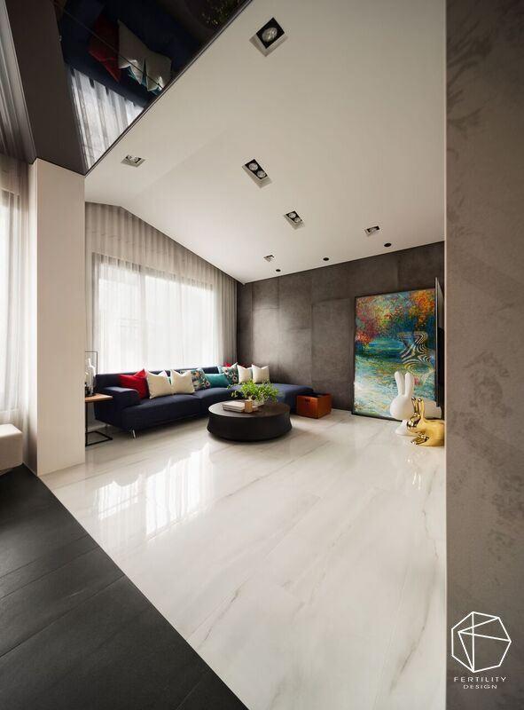 规划特殊的斜屋顶造型,增添扩容效果,并援引日光入室,采用白色地坪形塑净白背景,让客厅显得纯净雅致。