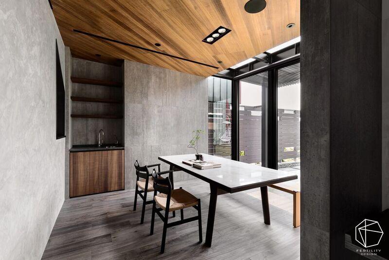 原先位于阴暗角落的餐厅,将其挪移至后院,借着大面积的玻璃墙引入采光,与绿意日光相随,改变用餐空间视野。