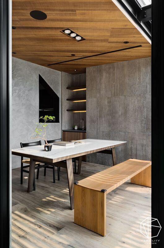 天花板及柜体采木质铺陈,呼应窗外自然景致,注入温润暖意。