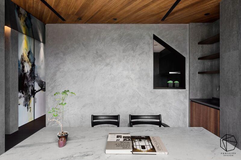 墙面妆点屋型窗框,形成创意焦点,带出设计里的巧思。