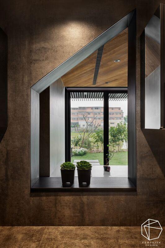 窗框亦将促成采光的传递交流,由窗望向室外,可见趣味框景视角。