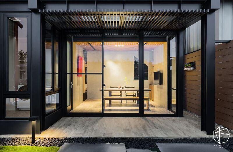 利用格栅将空间感拉出户外,以玻璃消弭室内外隔阂,让人在室内外都可享受到庭院风光。