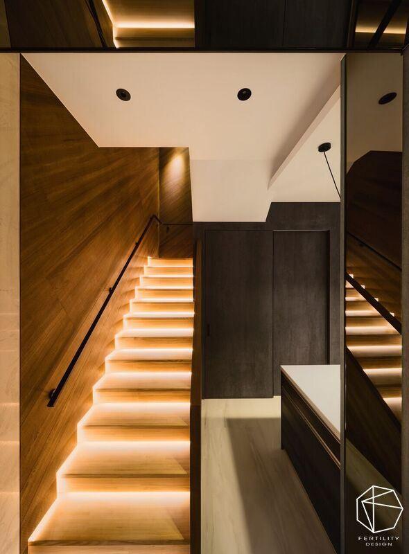 楼梯设计则沿途装设的地脚灯,不只增加量体轻盈感,也让夜间行走更安全。