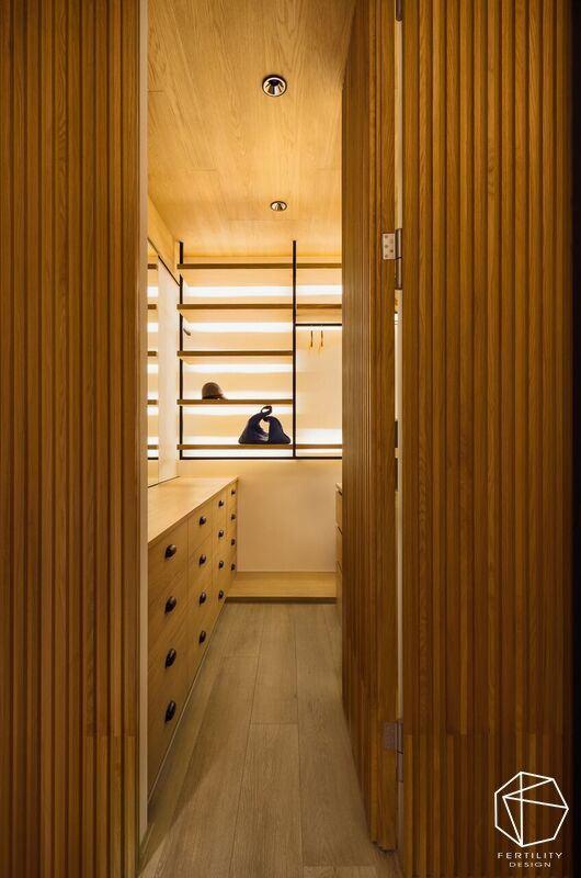 更衣间加入简洁的层架,给予适切的柜体划分,让每一件对象都可被整齐排列,如同精品柜般典雅精致。