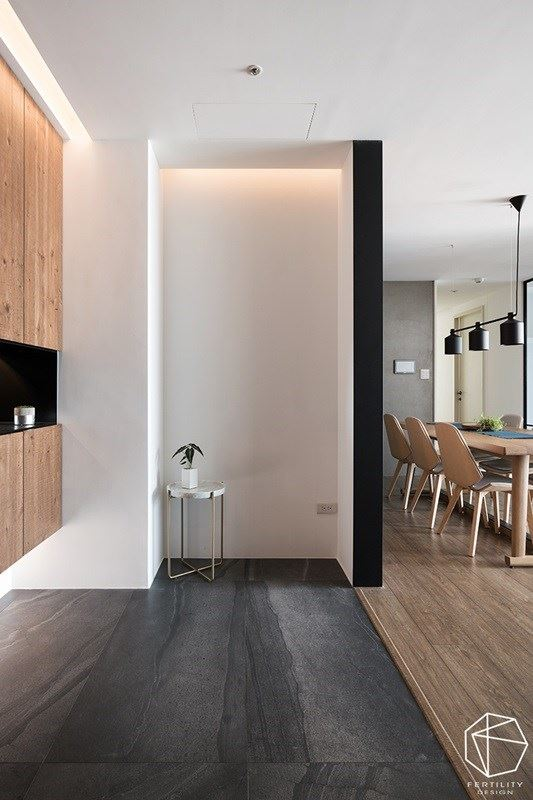 入口玄关区域,以木地板与深色砖材铺陈地面,做出内外场域的划分。