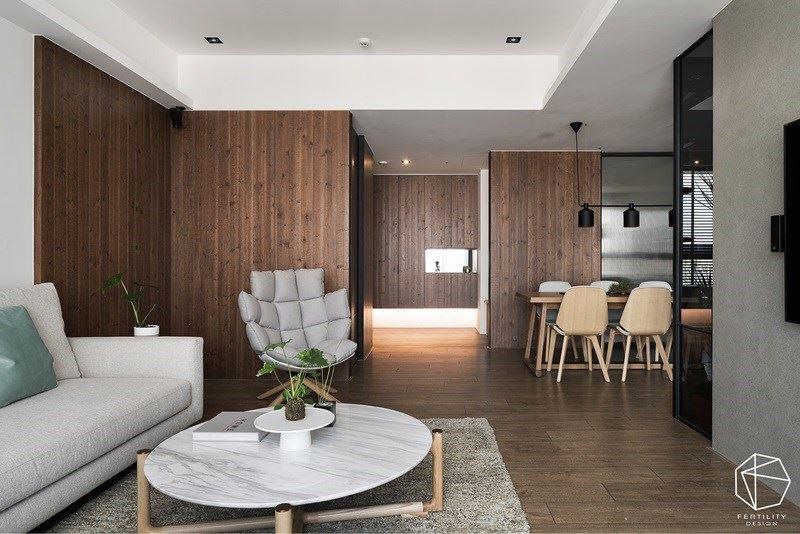 以简约素材搭配利落线条,构筑整个住宅基底,运用大量的木质调混搭局部仿清水模漆,营造朴质感受。