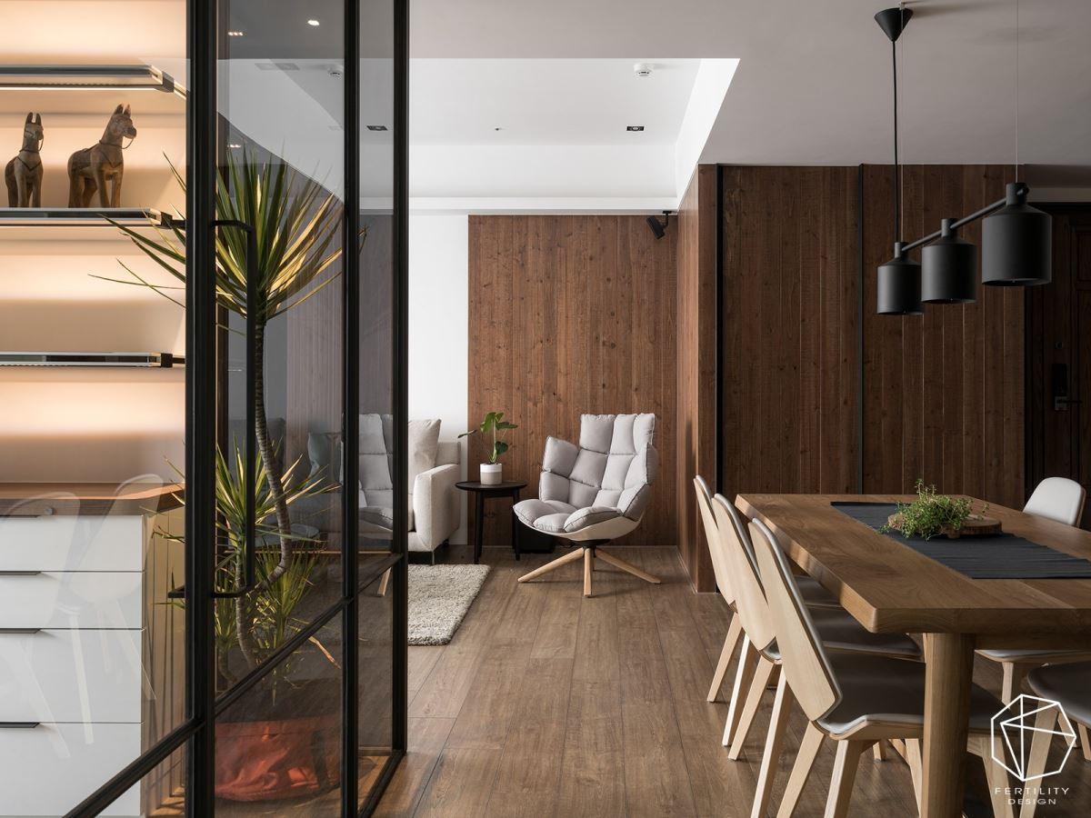 选用温润木色作为空间背景,让家中盈满温度,并偶然可见转角摆放的绿意植栽,带出清新的端景焦点。