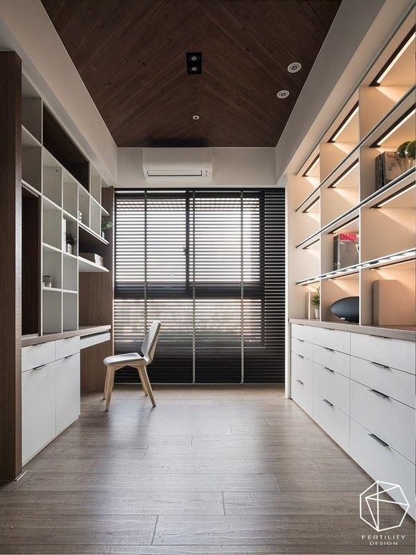 有如小木屋般的休闲书房,以百叶帘筛落采光,并保有适度的空间感。