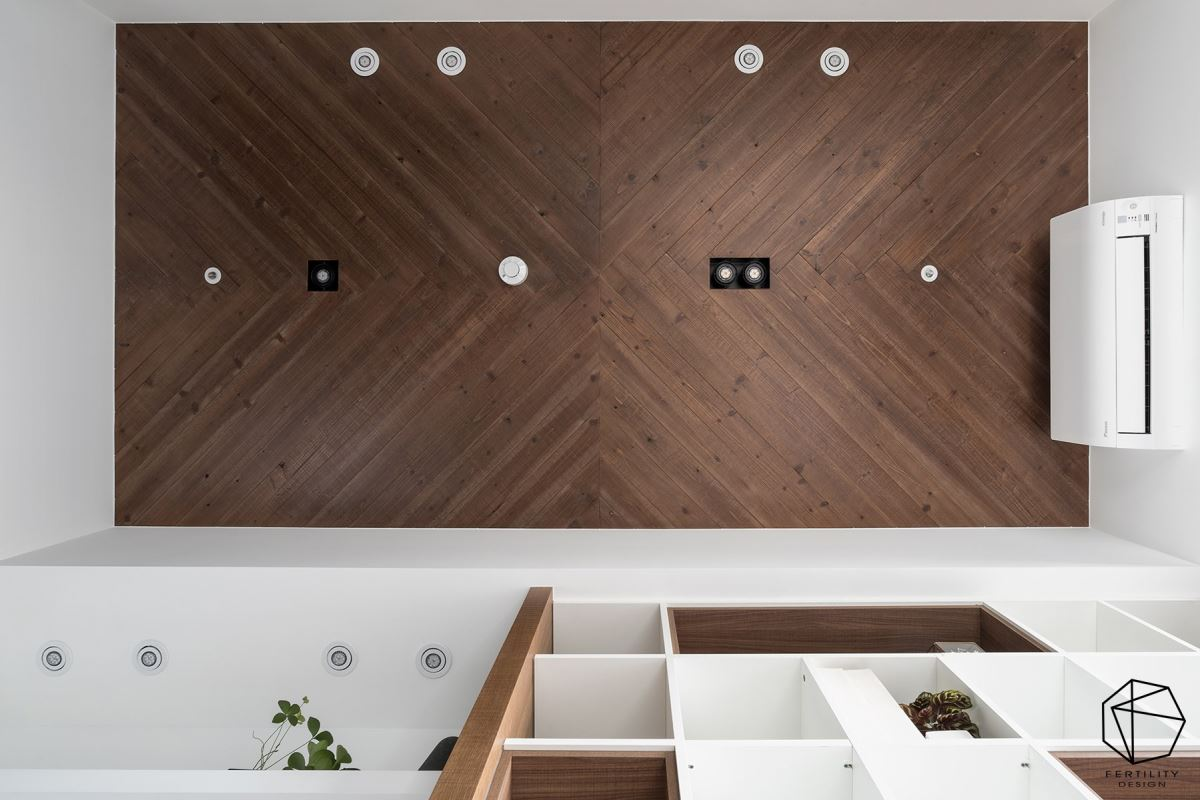 书房天花板刻意以木皮板做拼贴,让空间轮廓更加立体,顺势带动视觉向上提升,让空间弥漫着温暖氛围。