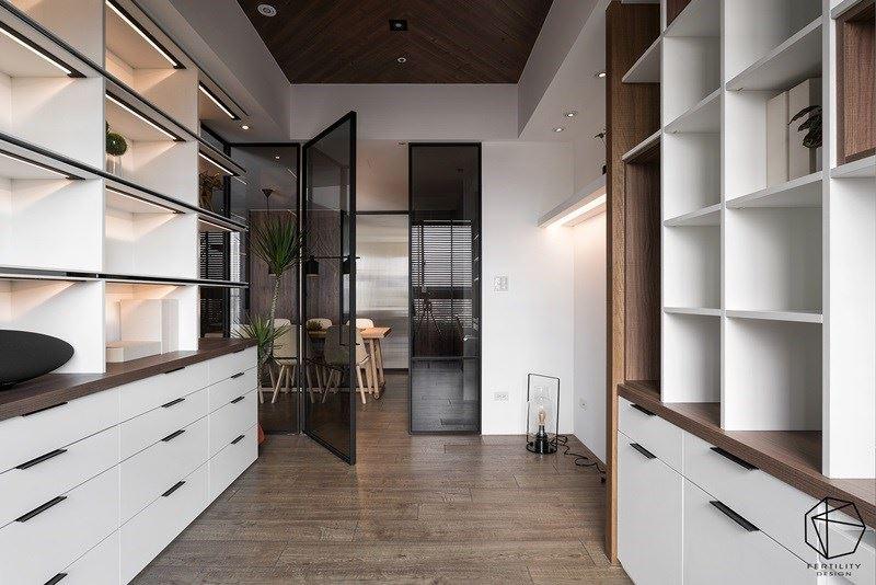 书房内规画容量充裕的大收纳柜,可用以摆放屋主的大量书籍,以及旅行时带回来的纪念品。